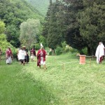 Gli officianti si avvicinano al luogo sacro